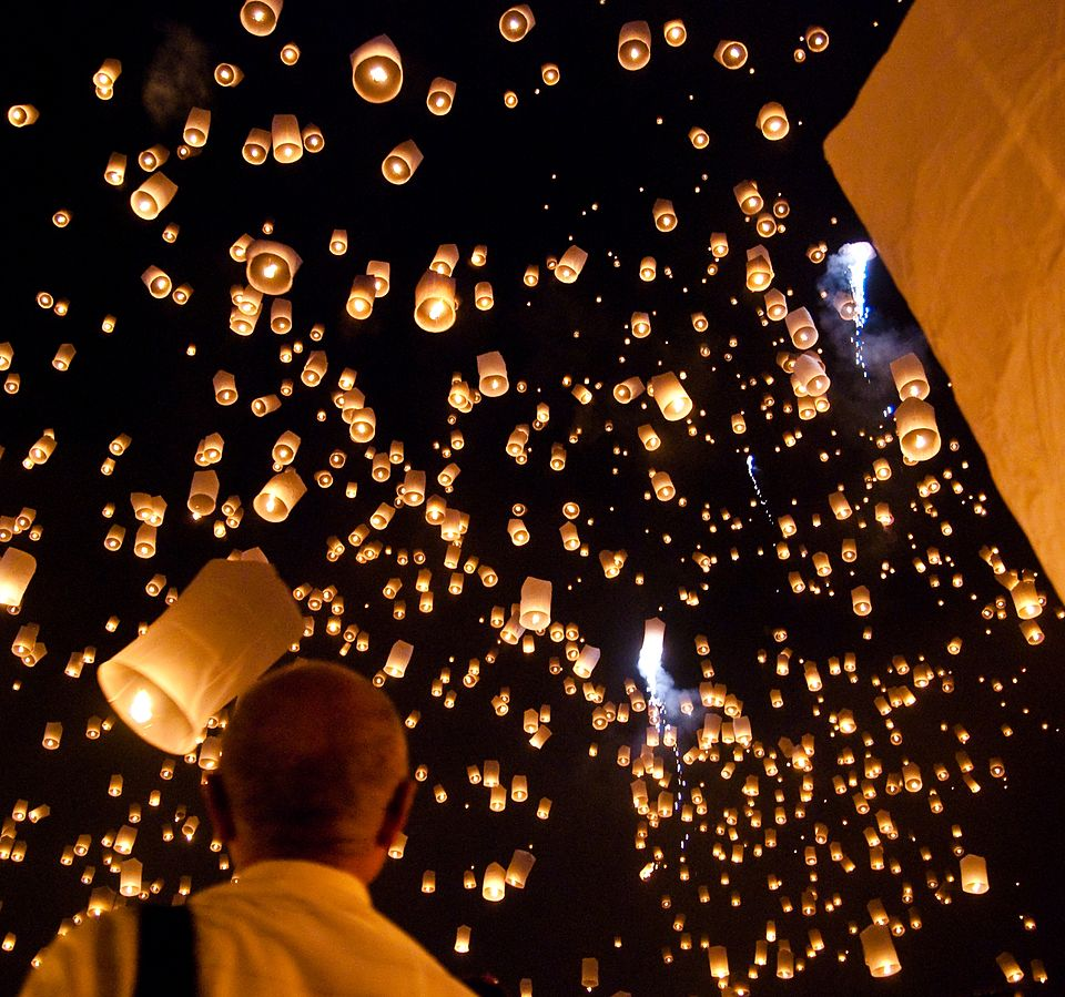 Khom loi (lanterns) are let off during Yi Peng in Chiang Mai. Image courtesy of Takeaway, via Wikimedia Commons
